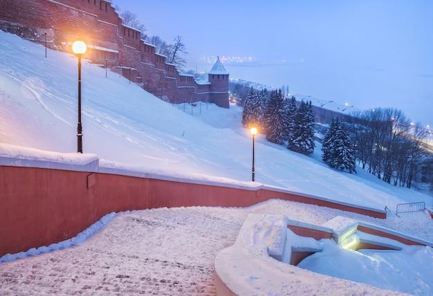As paredes e torres do kremlin de nizhny novgorod e uma parte da escada chkalov