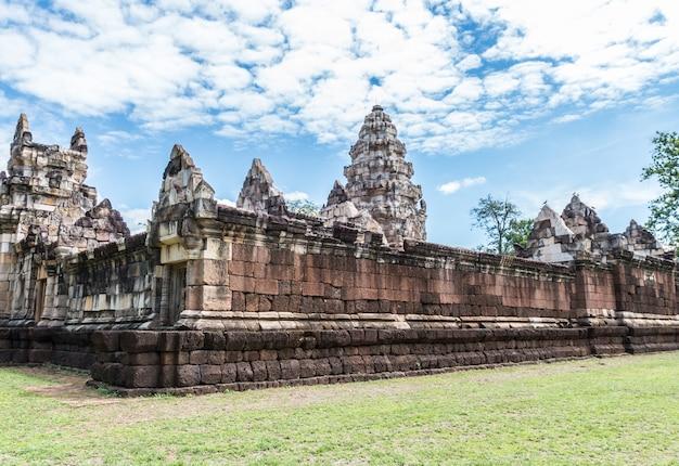 As paredes exteriores de prasat sadok kok thom em tailândia.
