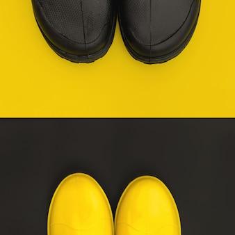 As partes frontais dos sapatos de chuva estão voltadas umas para as outras nos fundos inversos