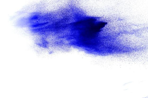 As partículas azuis da cor espirram no fundo branco.
