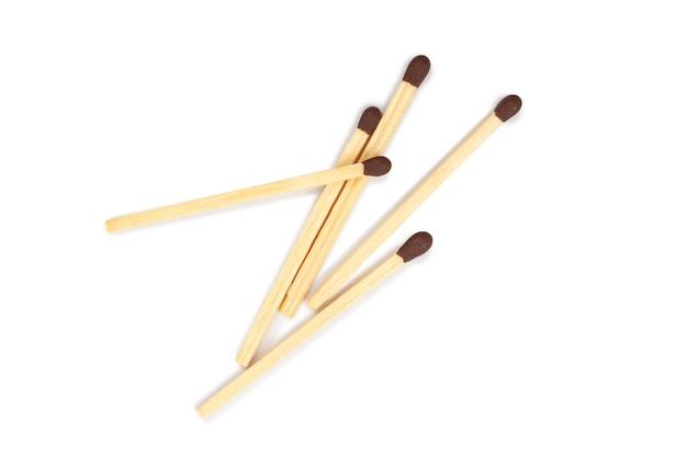 As partidas são isoladas em um fundo branco. fósforos de madeira com enxofre para acender o fogo.