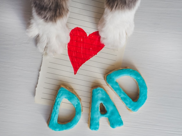 As patas do gato, cartão e palavra paizinho