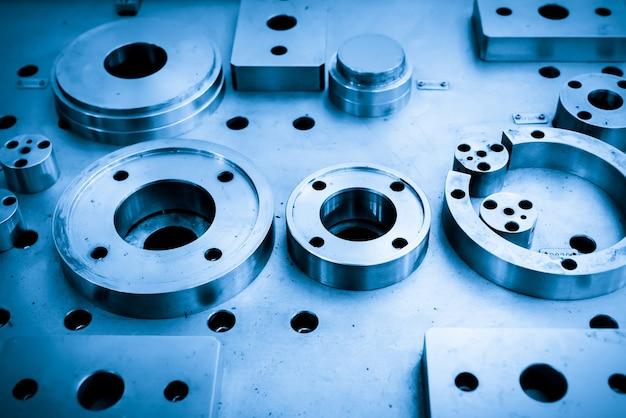 As peças cilíndricas de aço estão na plataforma da máquina