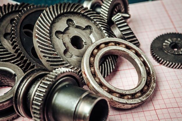 As peças do carro no papel de gráfico fecham-se acima. conceito de engenharia