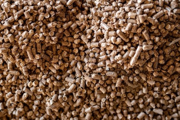 As pelotas de madeira fecham-se acima. biocombustíveis. pelotas de biomassa - energia barata. a ninhada de gatos.
