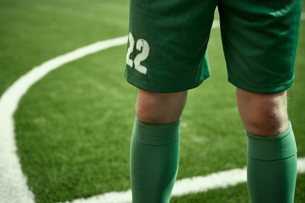 As pernas do jogador de futebol