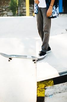 As pernas do patinador prestes a pular