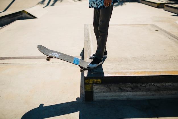 As pernas do patinador prontas para fazer um truque
