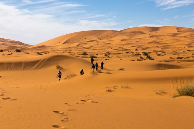 As pessoas andam pelo deserto