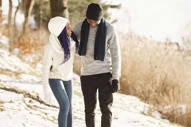 As pessoas caminham lá fora. dia de inverno. casal africano