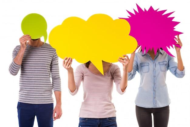 As pessoas cobriram seus rostos com bolhas do discurso em branco