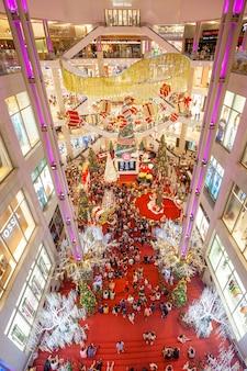 As pessoas compram no shopping pavilion