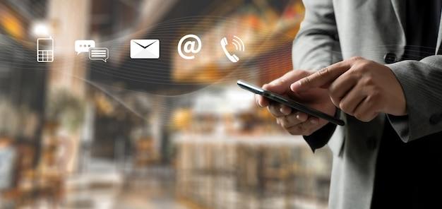 As pessoas da linha direta de suporte ao cliente connect. aplicação de telefone contacte-nos homem celular