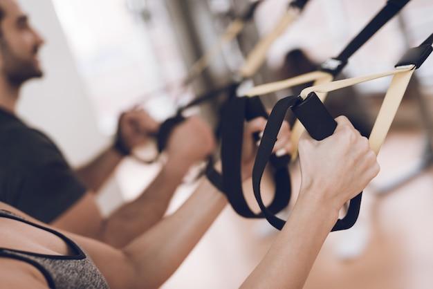 As pessoas do esporte estão no ginásio e se concentraram nos exercícios.