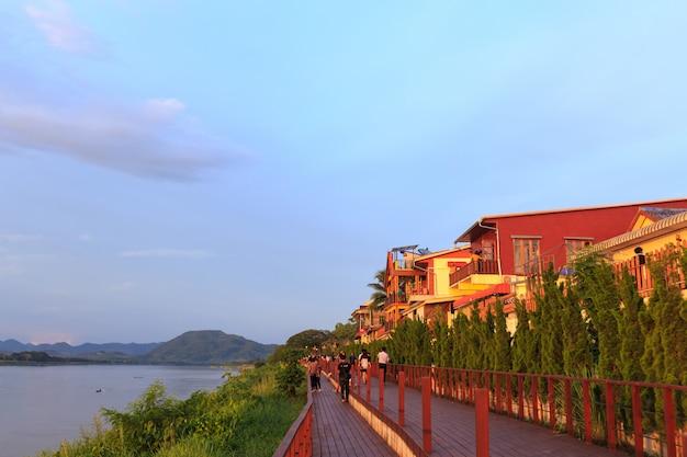 As pessoas e os turistas vão a chiang khan uma atração turística popular nos feriados.
