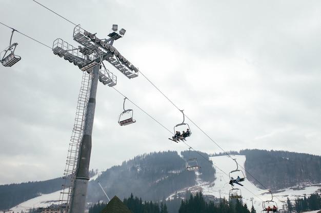 As pessoas escalam a montanha no elevador