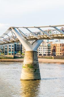 As pessoas estão andando pela ponte millenium