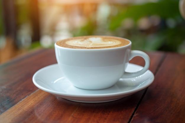 As pessoas estão bebendo um latte em uma cafeteria.