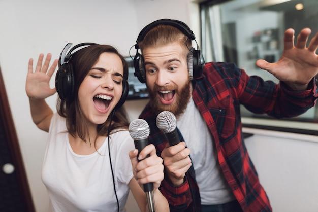 As pessoas estão cantando uma música em um estúdio de gravação moderno.
