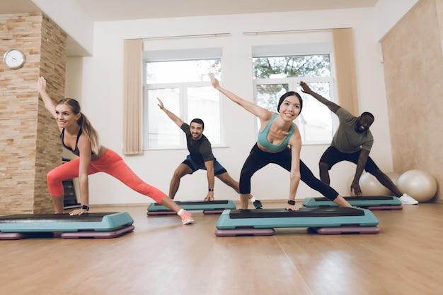 As pessoas estão envolvidas em fitness no ginásio moderno.