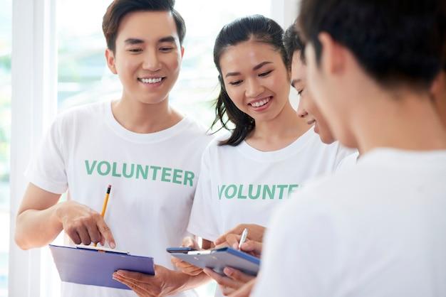 As pessoas estão envolvidas no voluntariado