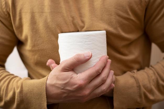 As pessoas estão fornecendo papel higiênico em quarentena para o coronavírus. pandemia de covid-19