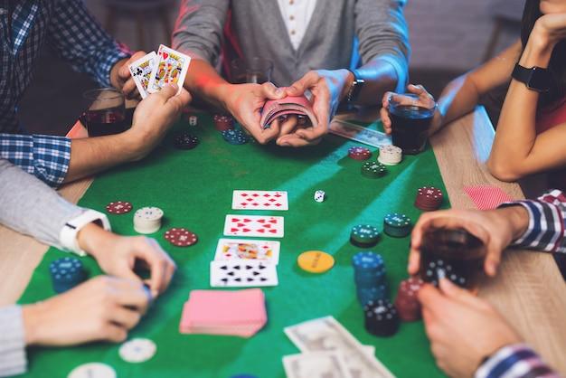 As pessoas estão jogando pôquer no cassino.