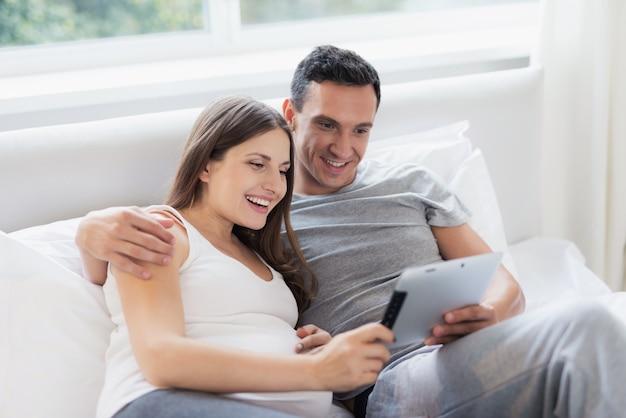 As pessoas estão olhando para algo em seu tablet