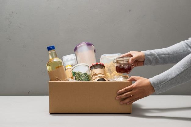 As pessoas fazem produtos de caixa isolada em cinza