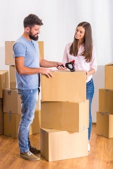 As pessoas ficam perto de caixas e desempacotam caixas.