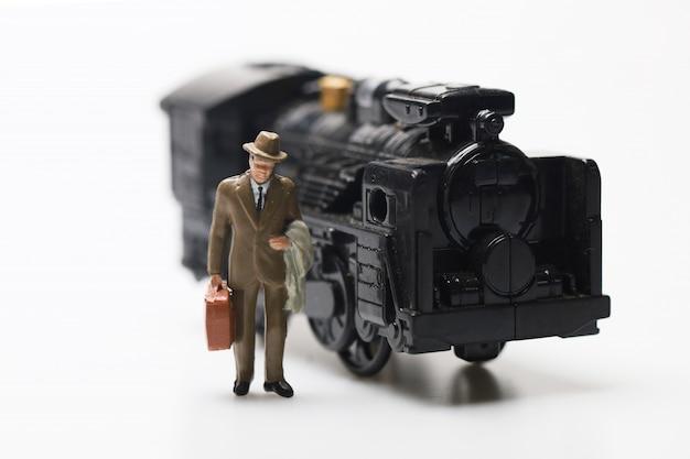 As pessoas figuram brinquedo viagens e transporte de trem em branco