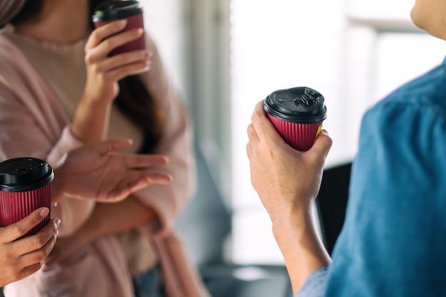 As pessoas gostavam de conversar e beber café juntas no escritório