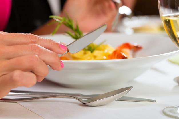 As pessoas jantam no elegante restaurante