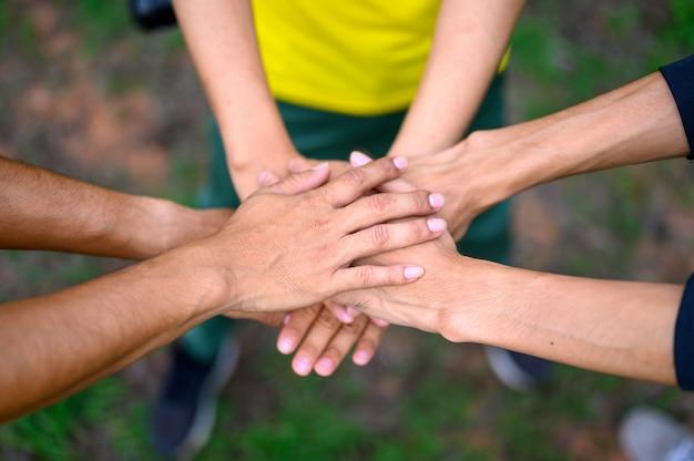 As pessoas juntam as mãos para expressar sua união.
