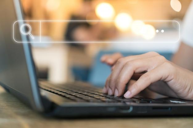 As pessoas mão usando computador laptop procurando informações na web sociedade on-line internet com o ícone da caixa de pesquisa.
