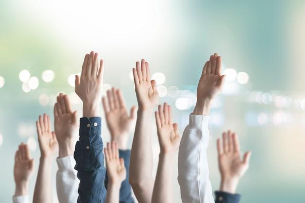 As pessoas mãos levantadas no ar, voto, eleição, democracia