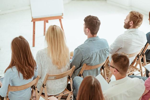 As pessoas na reunião de negócios na sala de conferências.