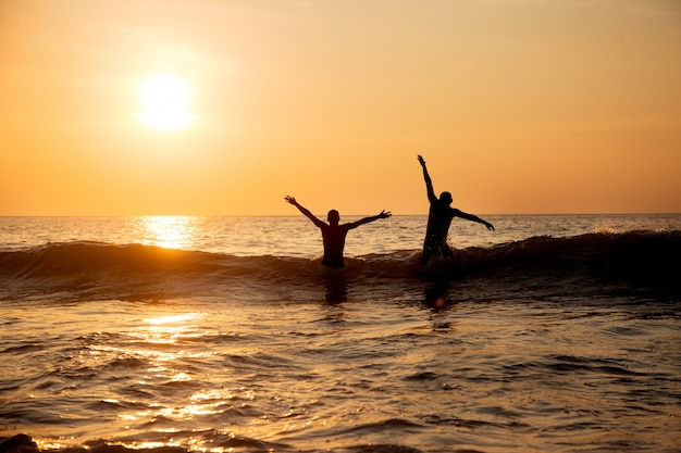 As pessoas pulam nas ondas do mar