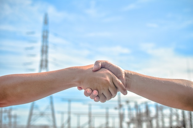 As pessoas que apertam as mãos comunicam o significado da unidade