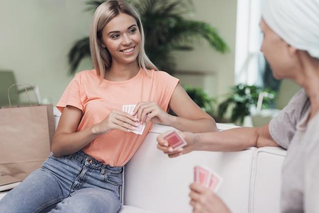 As pessoas são divertidas e jogam cartas.