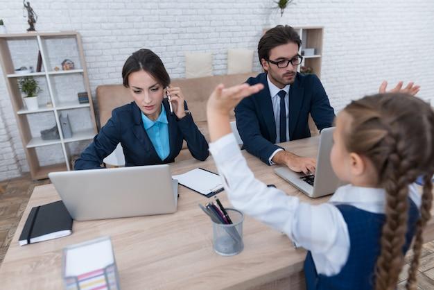 As pessoas são empresários, eles se sentam atrás de laptops.
