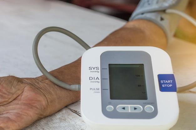 As pessoas são verificar o monitor de pressão arterial e monitor de freqüência cardíaca com pressão digital