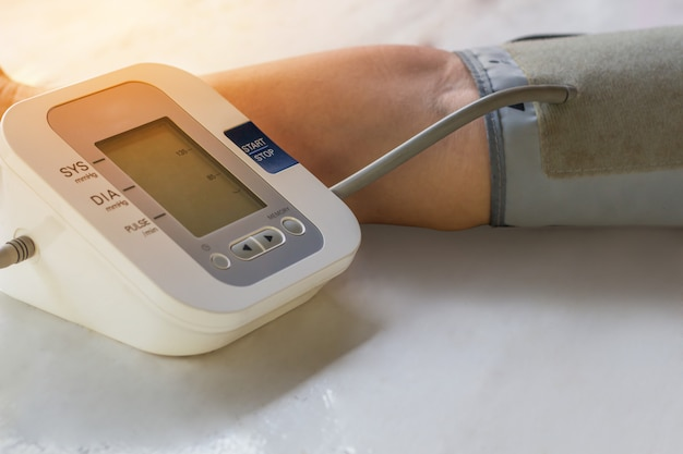 As pessoas são verificar o monitor de pressão arterial e monitor de freqüência cardíaca com pressão digital.