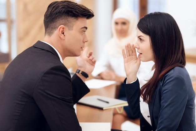 As pessoas se comunicam umas com as outras.
