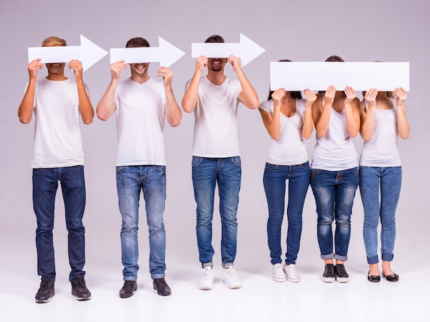 As pessoas seguram as setas e cobrem os rostos.