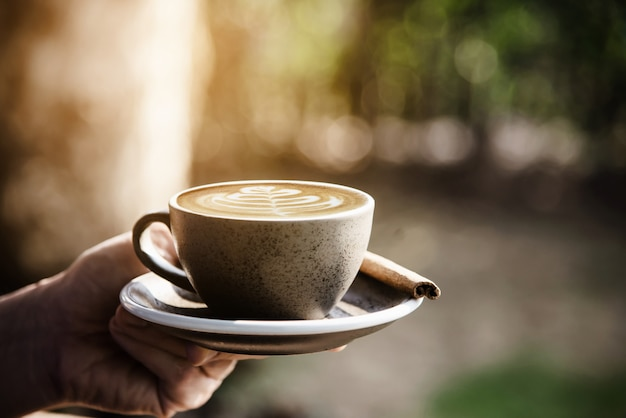 As pessoas servem belo fresco relax conjunto de xícara de café da manhã