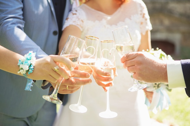 As pessoas têm em copos de mãos com vinho branco