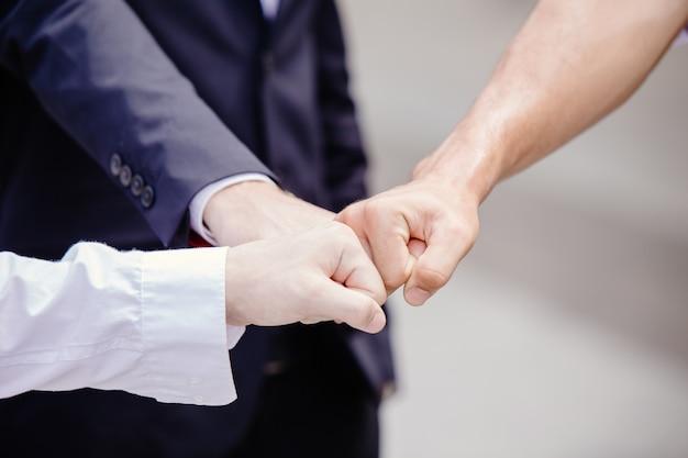 As pessoas unem mão poderosa para combater o vírus corona e a crise nos negócios após o conceito de passe pandêmico.