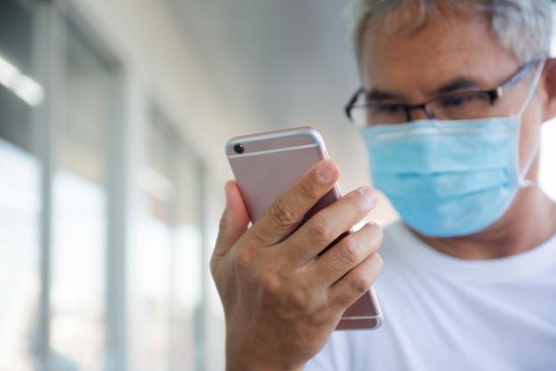 As pessoas usam seus telefones para registrar e notificar sua linha do tempo para monitorar e controlar a propagação do covid-19., pessoas usam smartphone verificar na linha do tempo no aplicativo prevenir covid19 coronavirus