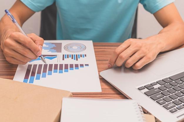 As pessoas veem os gráficos de crescimento dos negócios